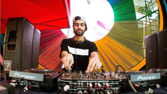 jeremy-olander-performing-at-enchated-valley-carnival